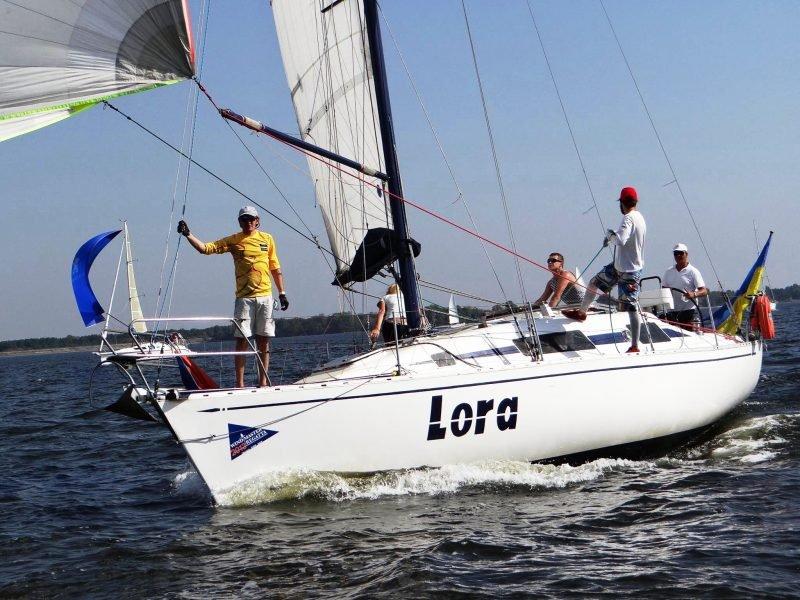 Яхта Лора