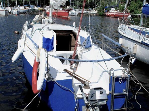 Парусная яхта АРВЕН на причале