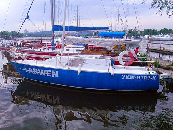 Парусная яхта АРВЕН на стоянке