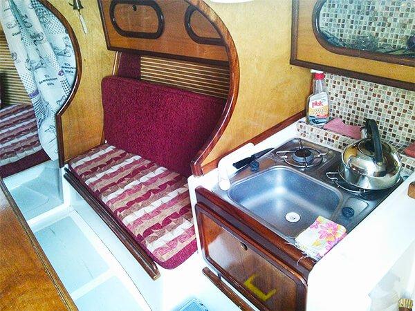 Парусная яхта ДЕЛЬТА камбуз