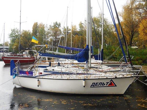 Парусная яхта ДЕЛЬТА на стоянке
