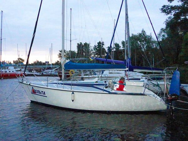 Парусная яхта ДЕЛЬТА возле причала