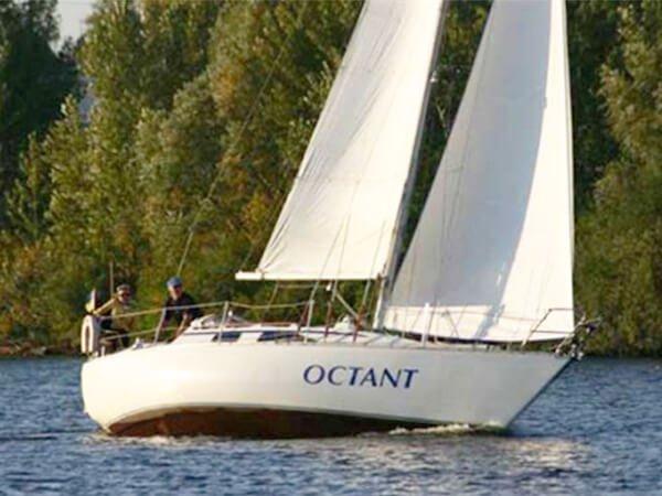 Парусная яхта ОКТАНТ в движении