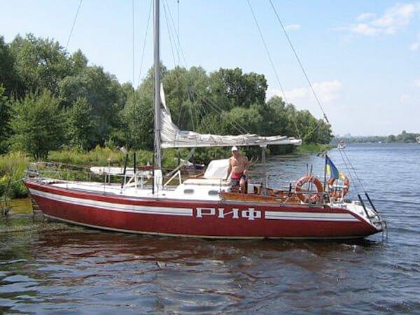 Яхта Риф у острова