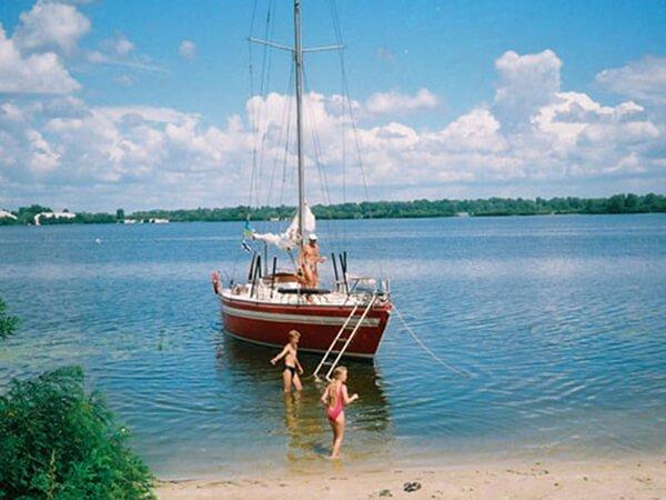 Яхта Риф у острова с детьми