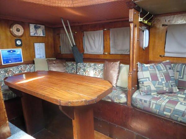 Спальное место в кают-компании яхты Риф