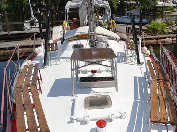 Передняя палуба на яхте Риф