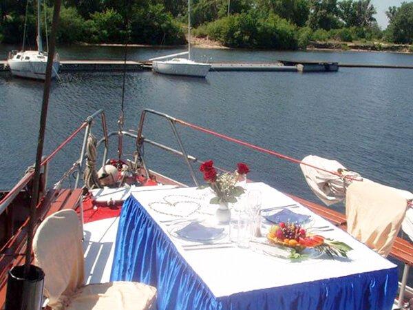 Арендовать яхту Риф сервировка на палубе