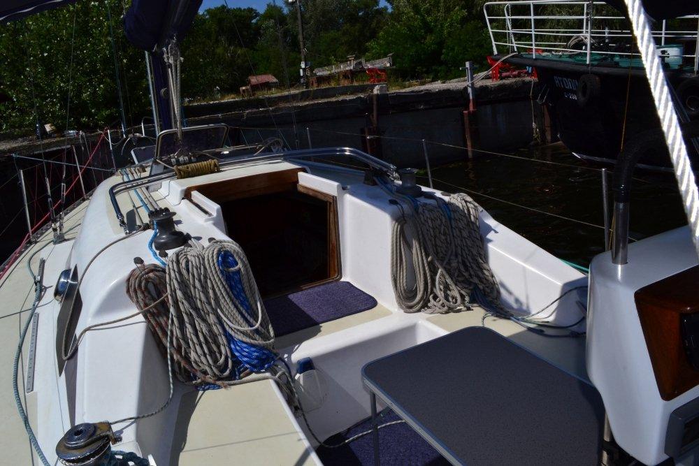 Яхта Лора Кокпит со столиком