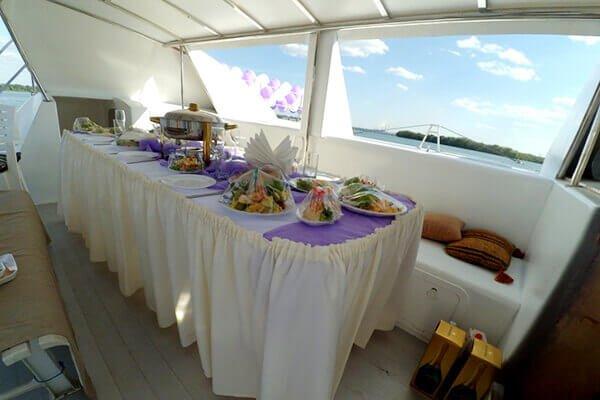 яхта La-Vita (Ла-Вита) банкетный стол