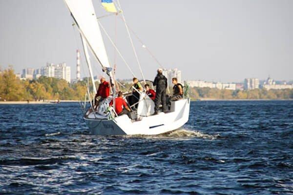 яхта Пилар под парусами